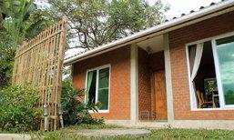 บ้านทรงโมเดิร์นหลังเล็ก ผนังอิฐมอญแดง ภายในทำผนังปูนเปลือยและพื้นปูนขัดมัน