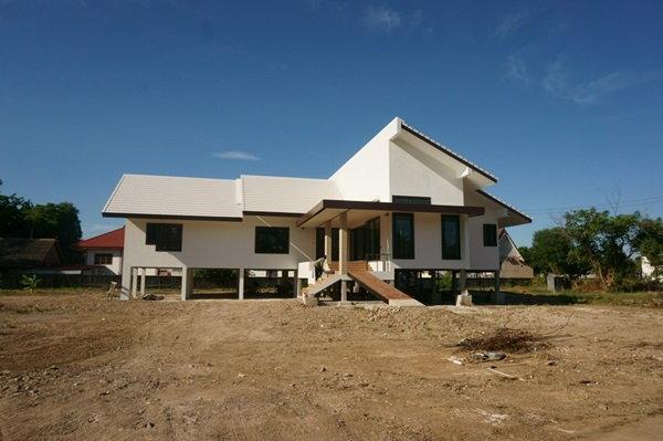 สร้างบ้านต่างจังหวัด เรียบๆ ยกสูง สีขาว สไตล์ทรอปิคอล