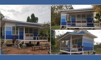 บ้านน็อคดาวน์ บ้านชั้นเดียวยกพื้น พร้อมระเบียงม้านั่ง สีบ้านไล่โทนฟ้าเข้ม ราคา 179,000 บาท