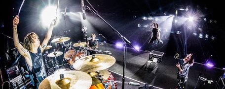 """(รีวิว) ONE OK ROCK กับการกลับมาเยือนไทยหนที่ 3 และบทพิสูจน์ในฐานะ """"วงร็อคระดับโลก"""""""