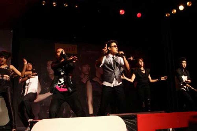 ตู่ ภพธร โชว์สเต็ปแดนซ์...สุดคูล!! กลางเวที 2PM!!!
