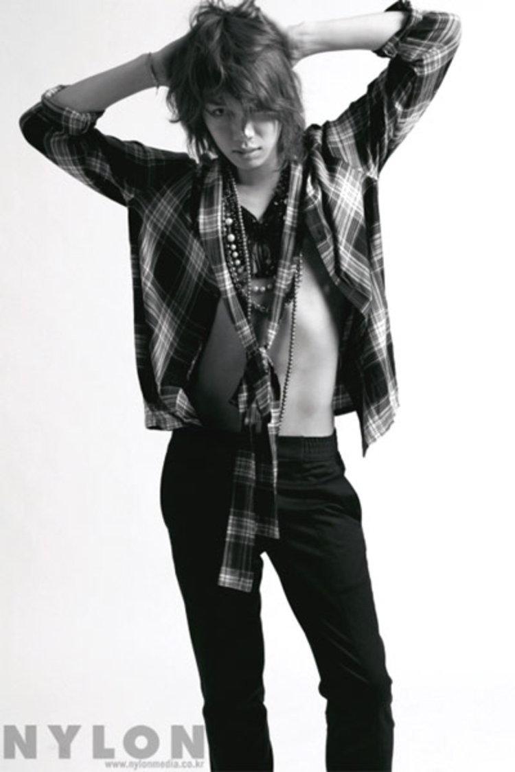 คิมฮีชอล (Kim Hee Chul) เผยอัลบั้มภาพสุดเท่ห์ใน NYLON