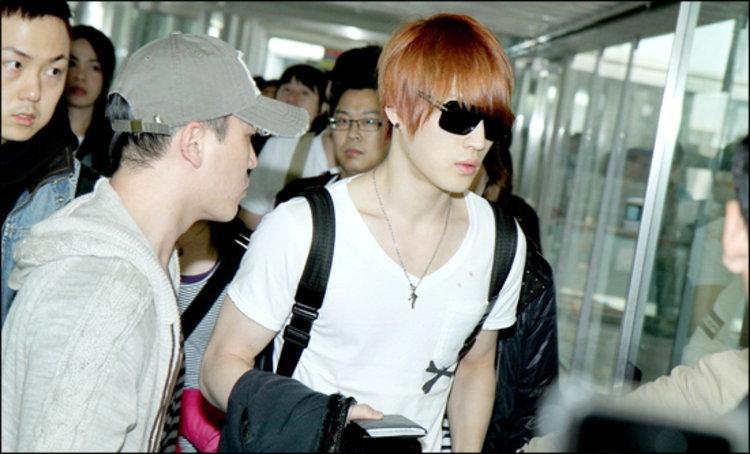 แฟนคลับเฮโลต้อนรับ แจจุง ( JYJ ) ทะลักสนามบินสุวรรณภูมิ !!