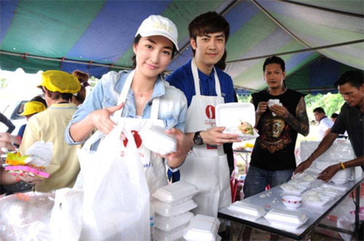 ฟิล์ม – แพนเค้ก เปลี่ยนความดัง ให้เป็นความดี ลุยทำอาหารช่วย คนน้ำท่วม