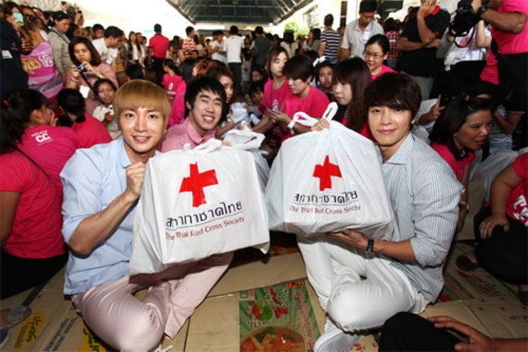 อีทึก-ดงเฮ วง Super Junior มอบถุงยังชีพ-แพ็คของ ช่วยผู้ประสบภัย