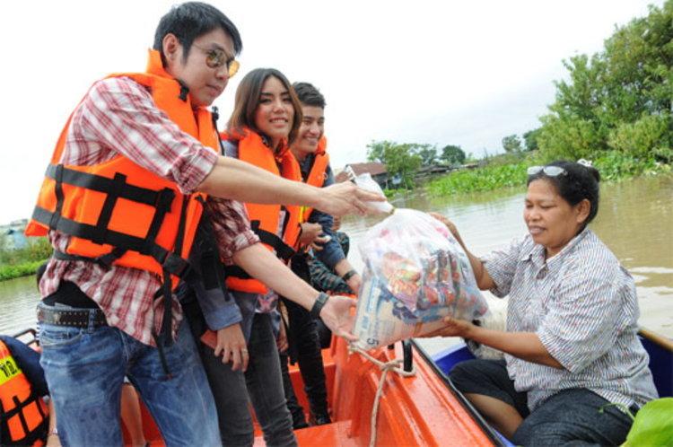 ทัช – กิ๊ฟท์ซ่า นำทีมเยียวยาผู้ประสบภัยน้ำท่วม