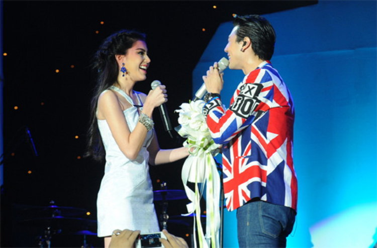 โดม เขิน ใหม่ หอบดอกไม้เซอร์ไพร้ซ์ โชว์หวานจับไมค์ร้องเพลงคู่