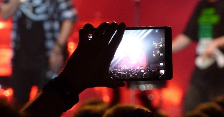 Apple เตรียมบล็อก iPhone ไม่ให้แฟนเพลงถ่ายรูป/อัดวิดีโอระหว่างชมคอนเสิร์ต