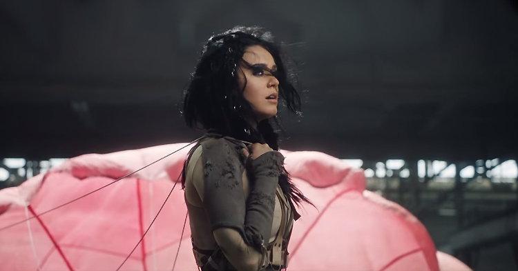 """Katy Perry สุดสตรอง! กระโดดร่มอย่างเท่ในเอ็มวี """"Rise"""""""