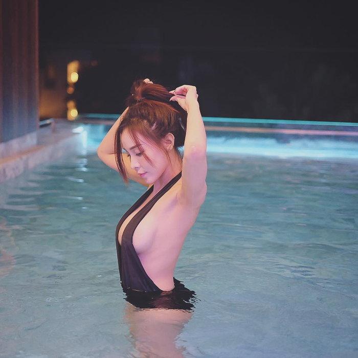สาวน้อยเล่นน้ำ