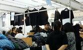 ผู้ผลิตเสื้อผ้าชุดดำเร่งเพิ่มสินค้าให้เพียงพอ