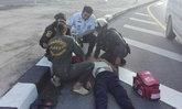 ชื่นชม 2 ตำรวจโร่วิ่งช่วยลุงอยู่ๆ ล้มหมดสติเกาะกลางถนน