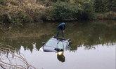 อุทาหรณ์! หนุ่มจีนมัวเล่นมือถือ ขับรถพุ่งตกสระน้ำข้างทาง