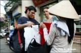 แม่ค้าชาวเวียดนามเดินขายของที่ระลึกให้แก่นักท่องเที่ยว