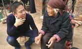 คุณยายวัย 96 คว้ามือหลานจับไม่ปล่อย หลังได้ยินถึงเวลากลับไปทำงาน