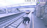 หวุดหวิด หญิงวิ่งช่วยชายจะฆ่าตัวตาย โดดให้รถไฟชนที่อังกฤษ