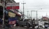 ฝนกระหน่ำ-กระบะป้ายแดงลื่นหมุนคว้างพุ่งชนร้านก๋วยเตี๋ยวไส้เนื้อชื่อดังเสียหายยับ