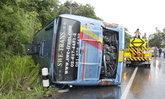 ผวา! รถทัวร์นักท่องเที่ยวพลิกคว่ำถนนสายเชียงใหม่-เชียงรายเจ็บ 26 คน
