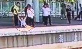 4 วินาทีเป็นตาย หญิงจีนคิดสั้นพุ่งโดดลงรางรถไฟ ดีมีคนคว้าตัวไว้ทัน