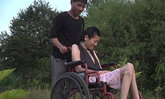 สุดซึ้ง ชายจีนดูแลภรรยาป่วยโรค ALS มากว่า 14 ปีแล้ว