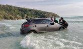 สาวระยองหวิดดับ จู่ๆ รถพุ่งลงทะเลไปครึ่งคัน คอหวยไม่พลาดแห่ส่องป้ายทะเบียน