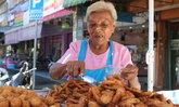 99 ยังแจ๋ว! คุณยายอายุยืนเดินเข็นรถเร่ขายกล้วยทอด เผยเคล็ดลับสุขภาพดี