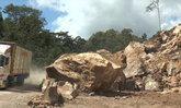 """ถล่มจนได้! หินก้อนยักษ์ """"ภูเขาผาระกา"""" ถล่มรอบสอง นอภ.สั่งรีบดำเนินการด่วน"""