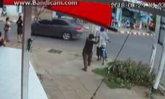 ชายเพี้ยนง้างไม้ตีหัวชายแก่ ขณะจูงจักรยานรอข้ามถนน จนล้มคว่ำ! (คลิป)