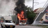 """ลุงสิบล้อใจเด็ด """"รถจอดรอซ่อมเกิดไฟลุก"""" กระโดดสตาร์ทถอยห่างร้านทันควัน"""