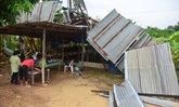 """""""อ่างทองวิปโยค"""" ลมพายุคลั่งกวาดหลังคา-ต้นไม้-สายไฟอ่วมกว่า 200 ครัวเรือน"""