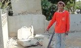 คนงานก่อสร้างเคราะห์ร้าย ทุบกำแพงพลาด กำแพงล้มฟาดหัวอย่างแรงจนหมดสติ!
