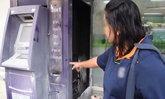 """""""ตู้เอทีเอ็ม"""" ไฟลุก-พนักงานปั๊มฮีโร่ตัดระบบไฟ คว้าถังดับเพลิงฉีดระงับเหตุทันควัน"""