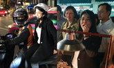 """""""หญิงหน่อย"""" สวมบทสก๊อย ซ้อนมอเตอร์ไซค์พบประชาชน แวะชิมดักแด้ถนนข้าวสาร"""