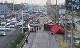 อัมพาตแต่เช้า-รถบรรทุกตู้คอนเทนเนอร์เสียหลักตกร่องน้ำริมถนน-ทำรถติดสะสมกว่า 3 กม.