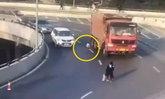อุทาหรณ์ ขับรถไม่ล็อกประตู ผู้ใหญ่-ทารกร่วงถนน หวิดถูกรถบรรทุกเหยียบ