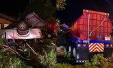 โชเฟอร์ตีนผี ขับรถพ่วงเสียหลักท้ายฟาดกระบะ-พุ่งชนบ้าน เจ็บ 19 เสียชีวิต 1